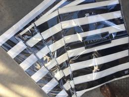 2019 sacchetto di imballaggio di natale dell'alimento Moda 100pcs nero / strisce bianche 20 * 26cm / 25 * 25cm sacchetto shoping vestiti di plastica del regalo borse borsa borsa Pouch