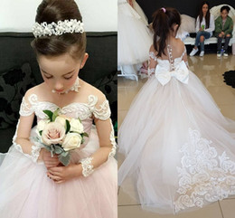 matrimoni perla Sconti 2019 Princess Ivory Tulle Maniche lunghe Flower Girls Dresses con Bowknot Lace Applique Perle di perle Matrimoni Christmas Girl Pageant Abiti