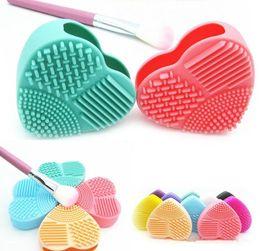 Tampone di polvere online-dhl Fashion Brush Uovo di pulizia a forma di cuore Trucco Spazzola di lavaggio Pad Guanto in silicone Scrubber Fondotinta cosmetico Strumenti puliti