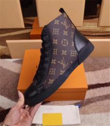 2018New arrivo uomini scarpe di marca di lusso marrone in vera pelle alta  top lace up moda casual scarpe da uomo di alta qualità appartamenti scarpe  da ... 07af40d4177