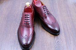 Men s burgundy dress shoes online-Hombres Zapatos de vestir Zapatos de hombres Zapatos de Oxford Zapatos hechos a mano personalizados Cuero genuino Color Borgoña Punta del ala brogue HD-N041