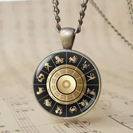 12 pz Retro 3D Oroscopo Astrologico di Vetro Simbolo Bussola 12 Segno Zodiacale Ciondolo Modello segni dello Zodiaco Collana di Fascini T1122 da collana di simboli incantati fornitori
