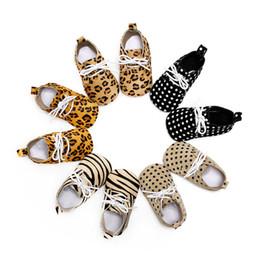 Argentina Mocasines para bebés Suela blanda 100% cuero genuino primeros zapatos para caminar Zapatos de cuero para bebés recién nacidos dot leopard maccasions bota / botín cheap newborn leopard shoes Suministro