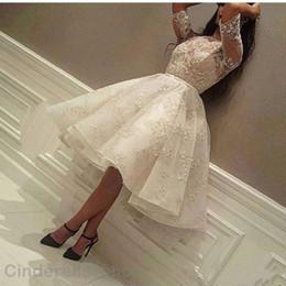 Vestidos de cóctel de longitud de la rodilla baratas online-2018 blanco corto vestidos de baile media manga llena de encaje ilusión blusa hasta la rodilla Homecoming cóctel vestidos de fiesta barato más tamaño
