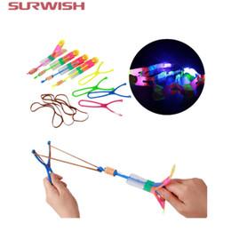 dhgate Grande LED Light Slingshot Elastic Arrow Rocket Helicopter Flying Toy Party Fun Gift - Cor aleatória de Fornecedores de venda por atacado de brinquedos de estanho