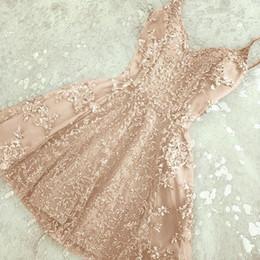 Vestido de coral línea de encanto online-2018 Encanto A-Line Crystal Short Homecoming Vestidos Nuevos apliques de encaje Mini correas espaguetis Vestido de cóctel barato Fiesta de verano Desgaste BA6157