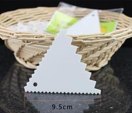 Materiais plásticos de qualidade alimentar on-line-Lâmina de raspador triangular de plástico Food grade PP material raspador de bolo de creme Triângulo de cozimento raspador com dente de serra