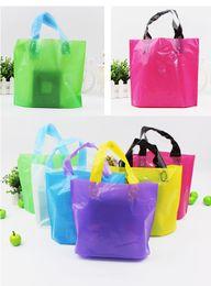 Sacchi lucidi regalo online-LOGO PERSONALIZZATO Sacchetti per la spesa lucidi per articoli da regalo in plastica di alta qualità per la vendita al dettaglio di articoli da regalo per feste, borse per l'imballaggio (7)