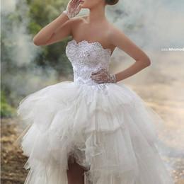 2019 rendas até vestidos de noiva de frente Hi-Lo vestido de baile Vestidos de casamento Strapless frisado Lace apliques Puffy Tulle Lace-up curto frente longo de volta vestidos de noiva Vestidos de praia de verão desconto rendas até vestidos de noiva de frente