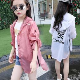 Neuer großer Mädchen-Mantel Sun-Schutzkleidung scherzt mit Kapuze Trenchcoat-Oberbekleidung-Mäntel Cardigan-Buchstaben-Mädchen-Mantel-Rot-Weiß 11654 von Fabrikanten