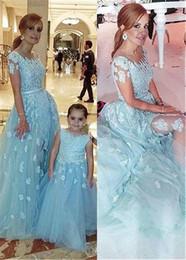 Línea de vestir madre hijo online-Bateau escote una línea de vestidos formales con apliques de encaje azul de manga corta vestido de fiesta vestido de madre e hijo