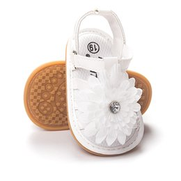 Wholesale Wholesale Flower Girl White Shoes - Summer Newborn Baby sandals First Walkers Infant Toddler white flowers Baby Girls Moccasins Soft Shoes Footwear Baby princess sandals A9585