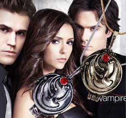 Vampire tagebücher schmuck online-The Vampire Diaries Medaillons Halsketten Elena Nina Vervain Anhänger Gilbert Halskette Schmuck für Männer und Frauen