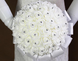schneespray dekoration Rabatt Weißer Hochzeits-Blumen-Blumenstrauß handgemachte Rosen-Rhinestone-Perlen-Brautblumenstrauß-künstliche Schaum-Blume mit Satin 100% nagelneu