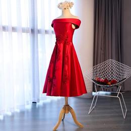 Manicotti del vestito dal taffettà del collo della barca online-Elegante taffettà rosso con spalle scoperte stringate con ricami Appliques abito da ballo lunghezza tè maniche corte scollo a barca abito da sera