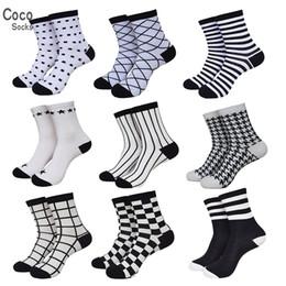 37dbab862 Atacado-Black White Hit Cor Vestido Meias Homens Outono e Verão Algodão Sox  Lot Business Casual Stripe Sock (10 pares   lote) 511P