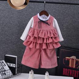 Vestido estilo pantalón niña online-Ropa de bebé de moda vestido del niño 3pcs conjunto pantalones sueltos + top del verano + camisa blanca estilo coreano volantes bowknot chaleco niños ropa