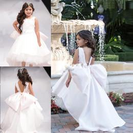 Vestidos de noiva arco baixo on-line-Vestidos menina linda Open Back Big Bow Pageant Girl vestidos brancos alta Flor Low para o casamento Jewel mangas Crianças Comunhão Vestido