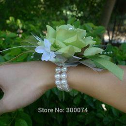 Corsage rosa online-4pcs / lot Wedding oder Abschlussball-Korsett-künstliche Silk Rose mit perlenbesetztem Perlen-Armband, Elfenbein-Weiß, Rosa, blaue Rosen-Blume