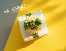 50 Pcs Perles Boîtes Blanches Avec champagne Fleurs Boîte De Cadeau De Mariage D'emballage Boîtes De Bonbons Carrés 2017 ? partir de fabricateur
