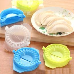 Plástico moldeado a mano online-Dumpling Maker Plastic Dumpling Molde Herramienta de molde Creativo Hecho a mano Hogar Bolas de masa hervida Moldes Cocina Cocina Herramienta Color mezclado
