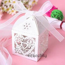 disegni di fiori di taglio di carta Sconti 100 * Trasporto libero Laser Cut Love Heart Flowers Design Cioccolato caramelle Scatole di carta Elegante per la festa nuziale Candy Paper Box Decorazione della tavola