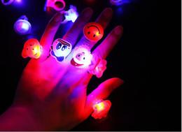 bunte flash-spinnerei Rabatt 100 PC-Lichtring der Kinder spielt Kindgeschenke LED-Blitzlicht-Ringkarikaturring mit LED-Lichtern