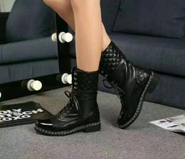 Botas de moto mujer online-Diseñador de las mujeres de piel de oveja de lujo botas sexy de tacón grueso de la motocicleta de las mujeres patea botas de cuero del caballero zapatos de las señoras Martin boot C16