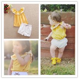 2016 été nouveau bébé fille vêtements ensemble mignonnes filles sans  manches jaune pollup tops + shorts blancs 2 pcs ensembles enfants costume  décontracté ... 076e1ee45