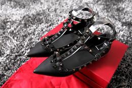 2017 Designer femmes talons hauts partie rivets de mode filles sexy chaussures pointues chaussures de danse chaussures de mariage sandales plates 34-44 ? partir de fabricateur