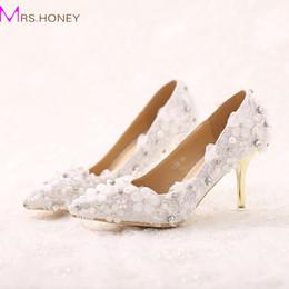 Zapatos de boda formal de damas blancas online-Zapatos de novia de encaje blanco hermoso de la flor del pie en punta de tacones de aguja Zapatos de vestir formales Zapatos de fiesta de evento de boda Lady Prom Heels