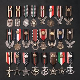 2020 accessori militari 10pcs / lot accessori misti Royal Preppy stile Navy pin spilla distintivo ricamo epaulette nappa spilla distintivo militare accessori militari economici