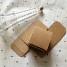 Scatole marrone naturale online-50 PZ 5.5x5.5x4.5 cm Naturale Marrone Kraft Scatola di Carta Regalo di Nozze Contenitore di Caramella Rifornimenti di Partito Crema Cosmetica Contenitore di Imballaggio Scatola di Sapone