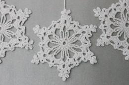 Ornamenti di natale a crochet fatti a mano online-Ornamenti di fiocchi di neve fatti a mano all'uncinetto bianco neve 100% - Decorazioni natalizie - pizzo di cotone bianco - set di decorazioni per matrimonio invernale 12 SD