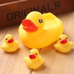 ours musicaux Promotion 4pcs / set mini jaune flottant petit caoutchouc en plastique canard bébé bain eau enfants jouet d'été jouer appel pour salle de bain enfant en gros