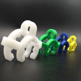Adaptateur bleu en Ligne-Plastic clip keck plastique pince 14mm 18mm vert blanc bleu jaune pince de serrage commun pour l'huile d'adaptateur déroulant en verre truque bongs en verre