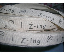 O envio gratuito de 1000 pcs rolo de pano de algodão puro rótulo personalizado logotipo impresso etiquetas de roupas cores de fundo bege de