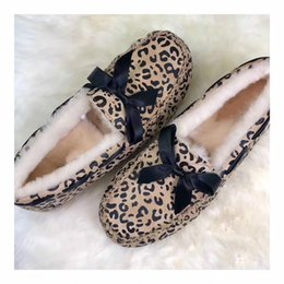 Botas de natal Atacado 2018 Genuíno Couro mulheres pãezinhos sapatos mulheres pele de carneiro ervilhas sapatos de lã de algodão arco bota botas de neve botas de inverno cheap sheepskin boots wool de Fornecedores de botas de pele de carneiro lã