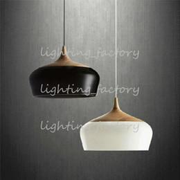 Canada Livraison gratuite Nouveau Lampes suspendues modernes en bois et en aluminium, blanc / noir Lustres de plafond de couleur pour la salle à manger cuisine café bar Offre