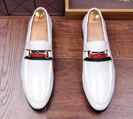 Wholesale Groom Wedding Shoes White - New Luxury British Brand Designer Men white Groom Oxfords shoes Wedding Flats Dress Homecoming Prom shoe Sapato Social Masculino