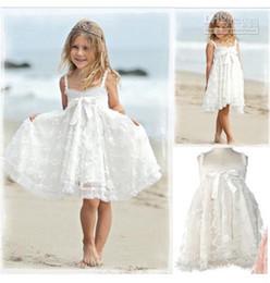 vestido de baile sem alças vestido halter Desconto 2016 linda flor branca vestidos de uma linha de cintas de espaguete frisado Lace na altura do joelho meninas vestidos de festa de casamento
