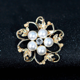 Wholesale China Lady Fashion Suit - Fashion Wedding Brooches for Bridal Party Alloy and Rhinestone Flowers Imitation Pearl Pins Jewerly for Ladies Suits