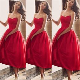 Nuevos vestidos de dama de honor de longitud de té playa Boho 2019 Sweetheart una línea baratos vestidos de dama de honor corto rojo de elegante vestidos de fiesta de invitados de boda desde fabricantes
