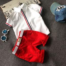 Verano Bebé Niños Niños Establece Ropa Niños Coreanos Ropa Manga Corta Camisas Blancas + Rojo Casual Shorts + Correa de Regalo 3 unids Outfirs Chándal desde fabricantes