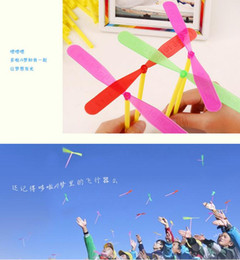 Wholesale Plastic Bamboo Dragonfly - Ultra low price flying toys Bamboo Dragonfly Hand rotation flying helicopter kids toys for kids gift 100pcs package 16.5*16.5cm