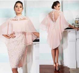 2019 pas cher robes de cocktail longueur gaine cou haut au genou avec Cape dentelle Applique perlé dos nu court Robes de bal de retour ? partir de fabricateur