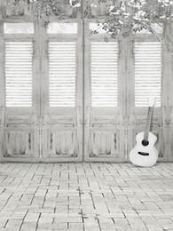 2019 spray de guitarra Pano de tijolo interior do assoalho da fotografia Portas de madeira do vintage Flores brancas Guitarra Fundo do tiro da foto das crianças dos miúdos para o estúdio spray de guitarra barato