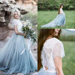 Vestito blu polveroso manica lunga online-2017 più recente Dusty Blue Tulle bianco pizzo paese abiti da sposa una linea maniche corte increspato abiti da sposa lunghi