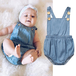 combinaison en denim léger Promotion Ins Baby Denim Romper Vêtements pour bébé Unisexe style mince Bleu clair bouton décoration Combinaison 2019 Hotsale 0-24 mois