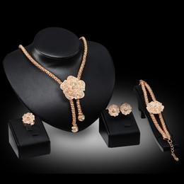 Canada Anneaux Bracelets Colliers Boucles D'oreilles Parures Bijoux Mode Femmes Full Strass Plaqué Or 18 K Fleurs En Alliage Fête Bijoux 4 Pièces JS036 cheap rhinestone jewelry set gold Offre